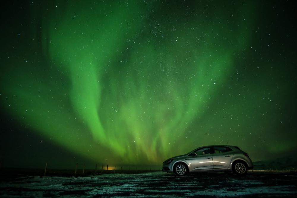 Автомобиль на фоне северного сияния